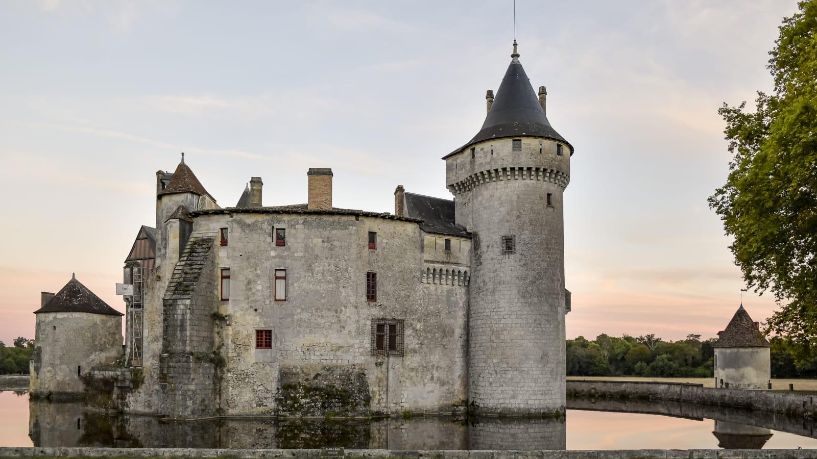 Le Château de La Brède au crépuscule