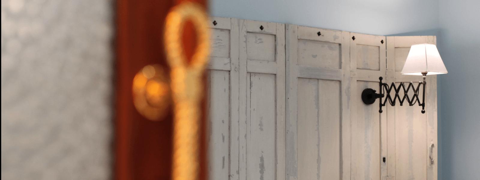 Porte entrouverte sur chambre double