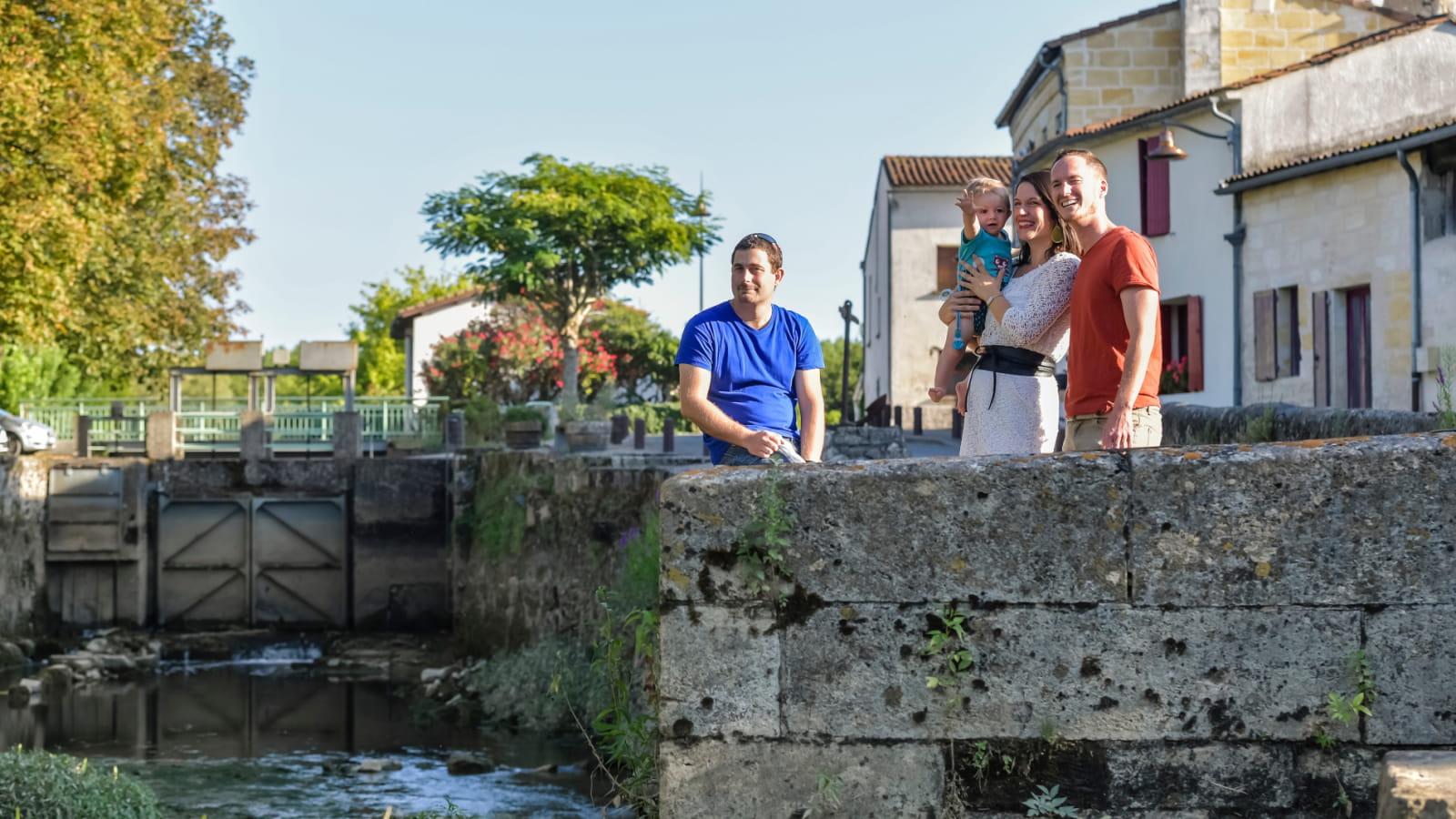 Vue sur l'écluse du village d'Isle Saint Georges en bords de Garonne